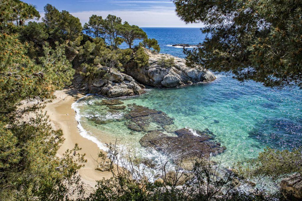 Por encima de esta pintoresca bahía, se encuentra el Sallès Hotel & Spa Cala del Pi