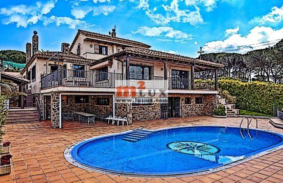 Трехуровневый дом с видом на море в Сан Фелиу де Гишольс, Коста Брава, Испания