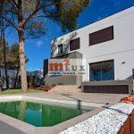 Nouvelle maison moderne dans le centre de Santa Cristina de Aro, Costa Brava, Espagne.