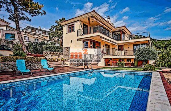 Современный дом с видом на море в урбанизации Рока Гросса, Ллорет де Мар, Коста Брава, Испания.