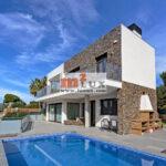 Современный дом с видом на море в Сан Фелиу де Гишольс, Коста Брава, Испания.